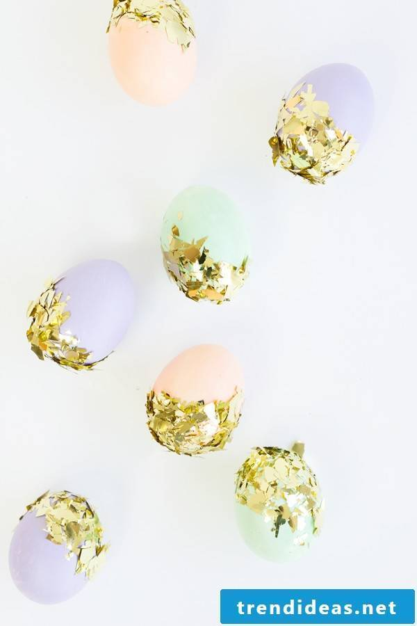 Easter eggs with glitter - learn here many great techniques for Easter eggs without color dyeing