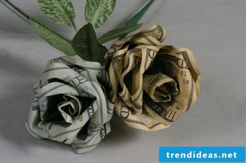 two roses from banknotes