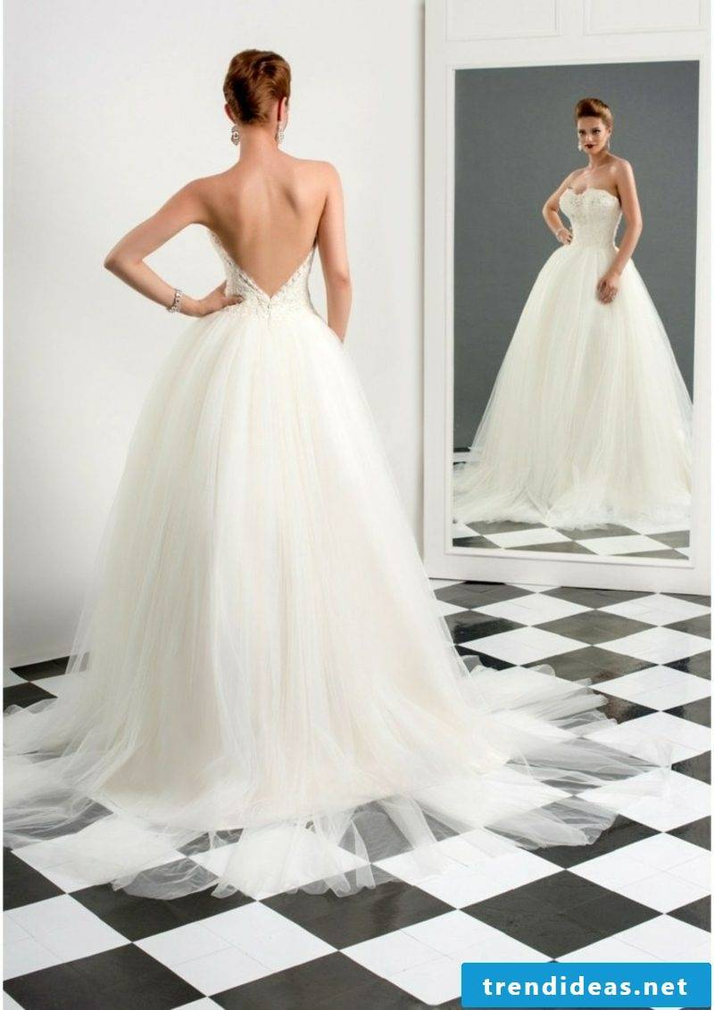 Wedding dresses accent in the back