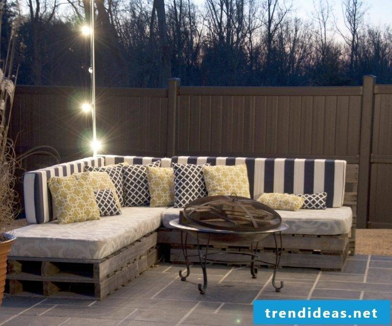 Decorate the seating area in the garden thematically