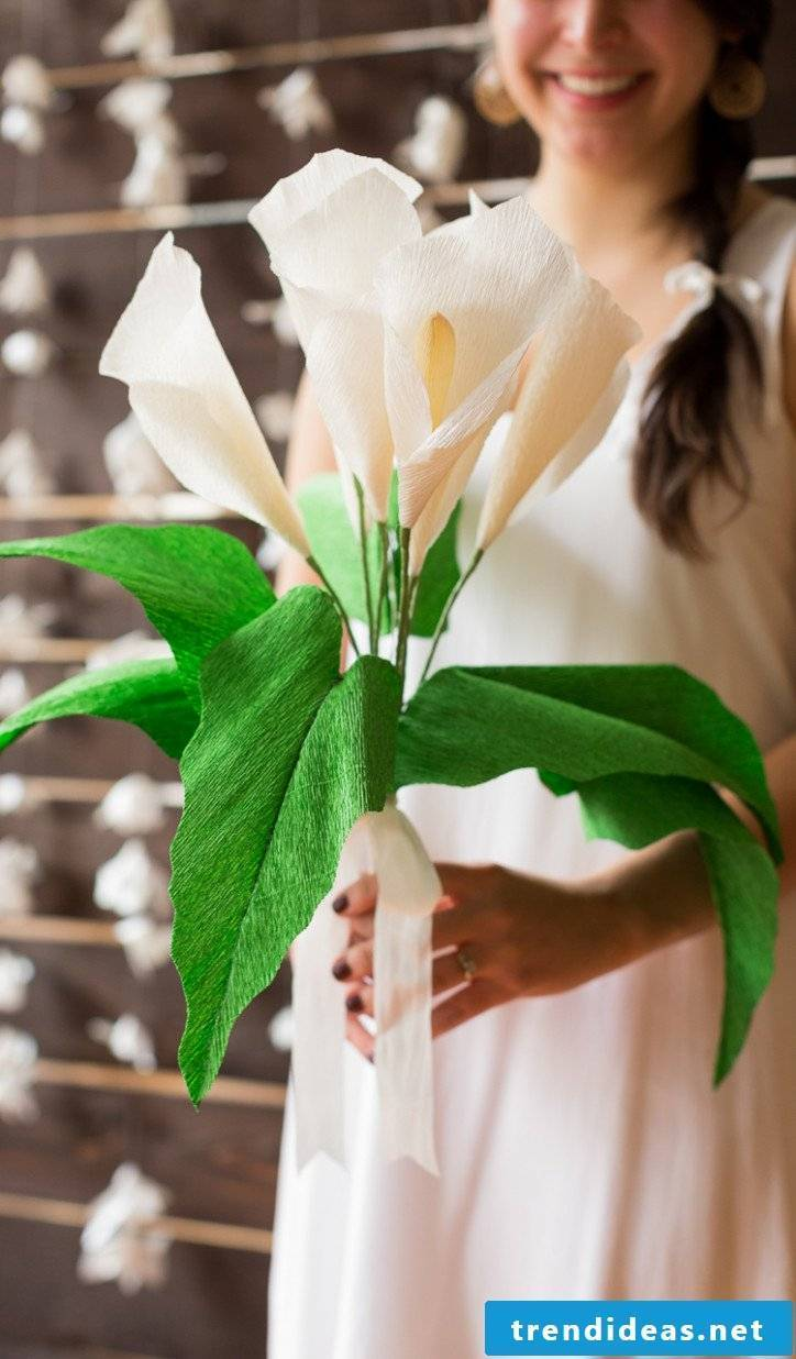 Every woman will love a beautiful calla bouquet made of crepe paper!