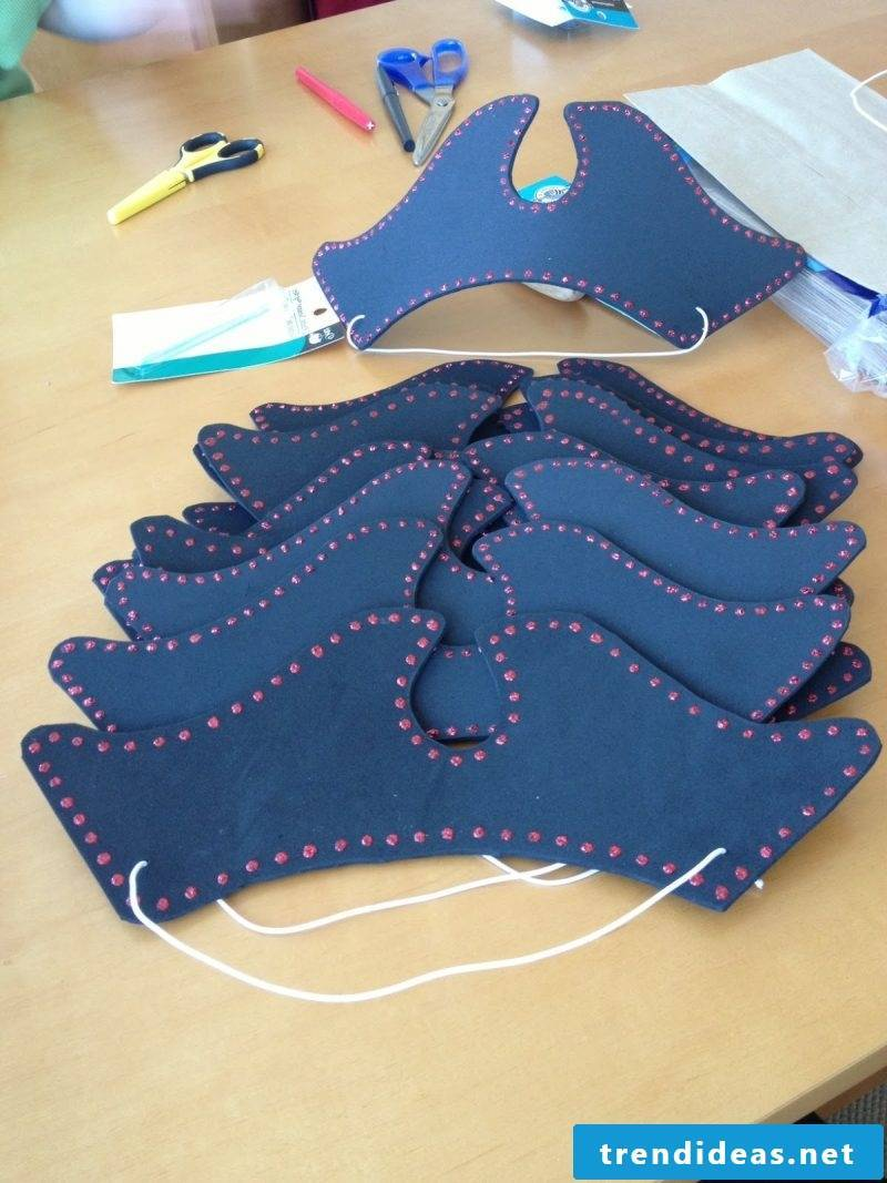 Crafting ideas for children: How to fold a pirate hat made of felt without stitching