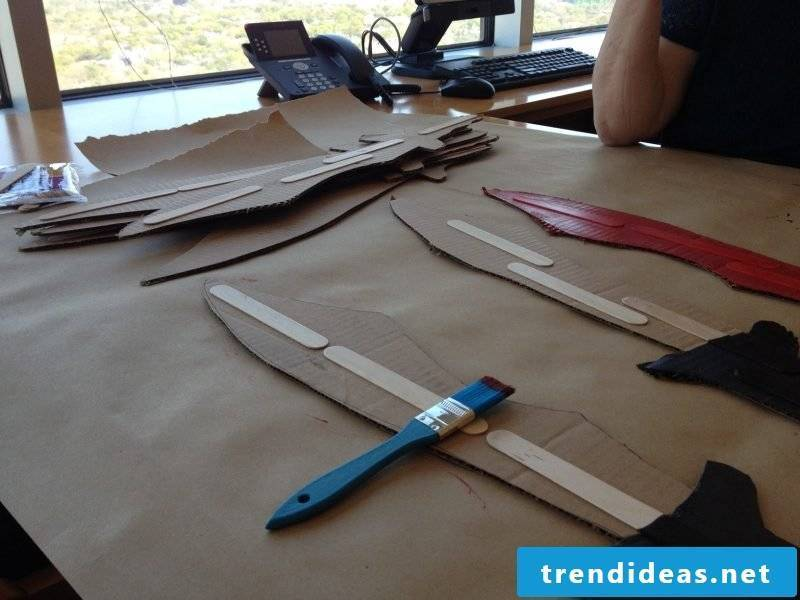 Crafting ideas for children: Make a pirate saber out of cardboard