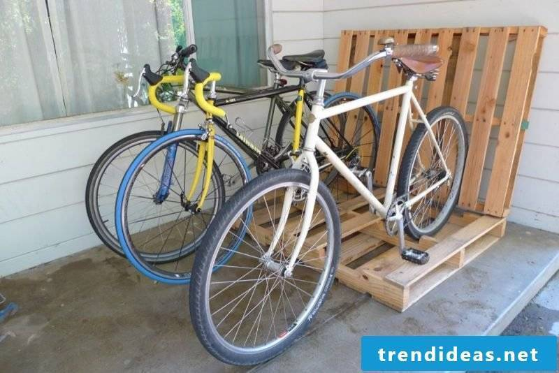 Bicycle mount for wall made of pallets