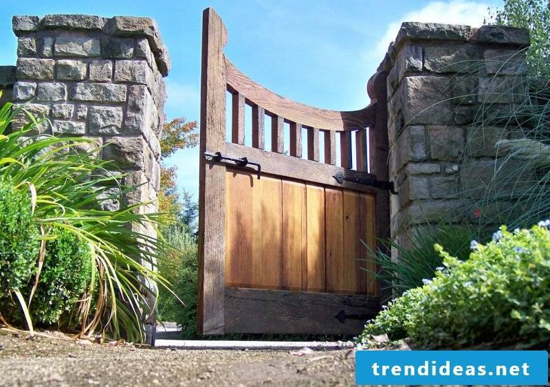 Garden gate build yourself: natural stones and wood