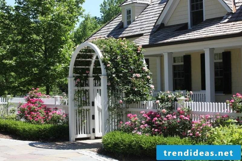Build garden gate yourself: White gate with roses