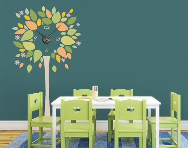 Wall clock tree in the kitchen