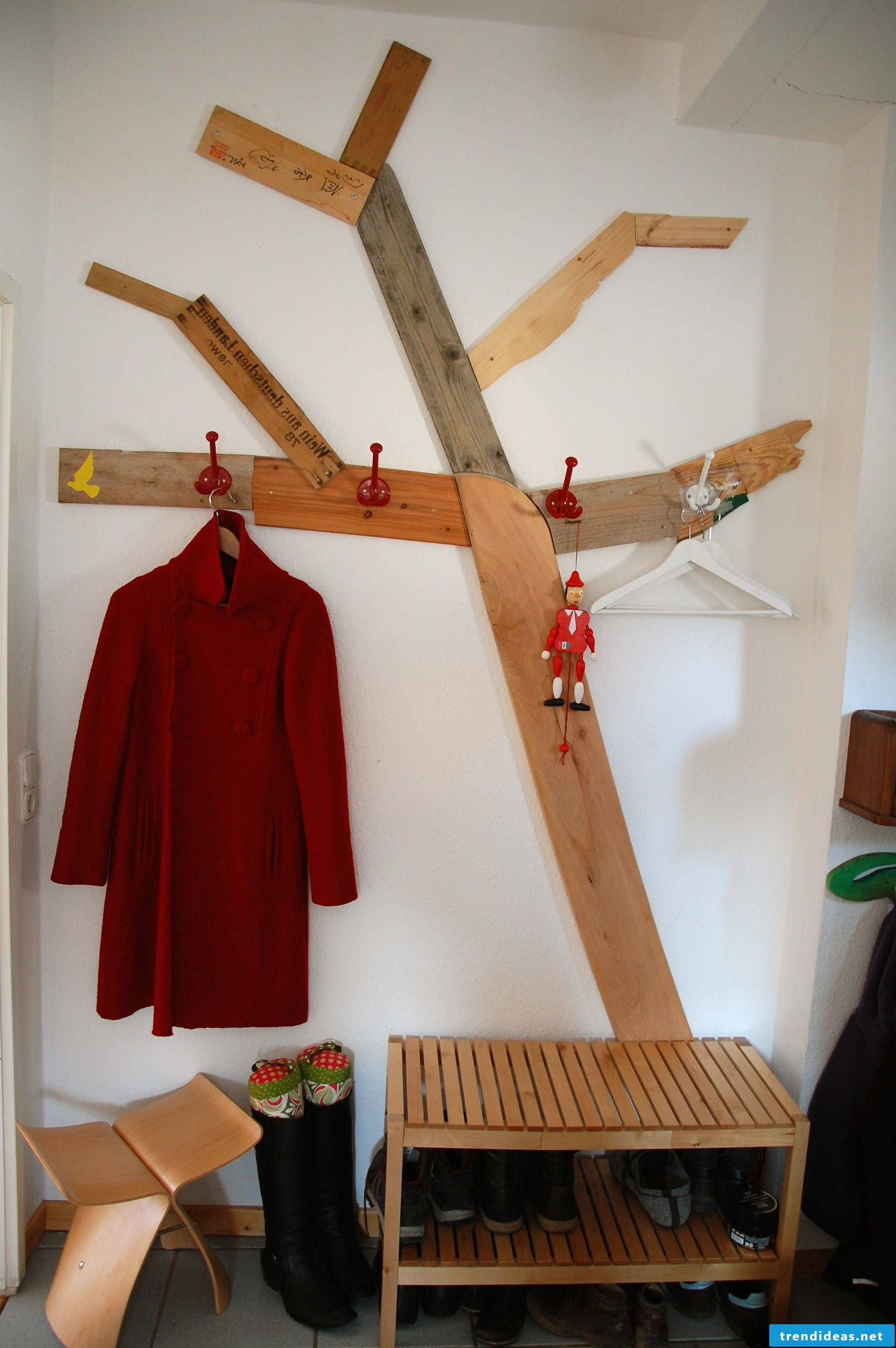 Build your own tree wardrobe from old boards and wooden slats