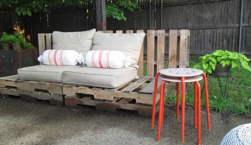 Sofa made of europallets is perfect for outside and inside