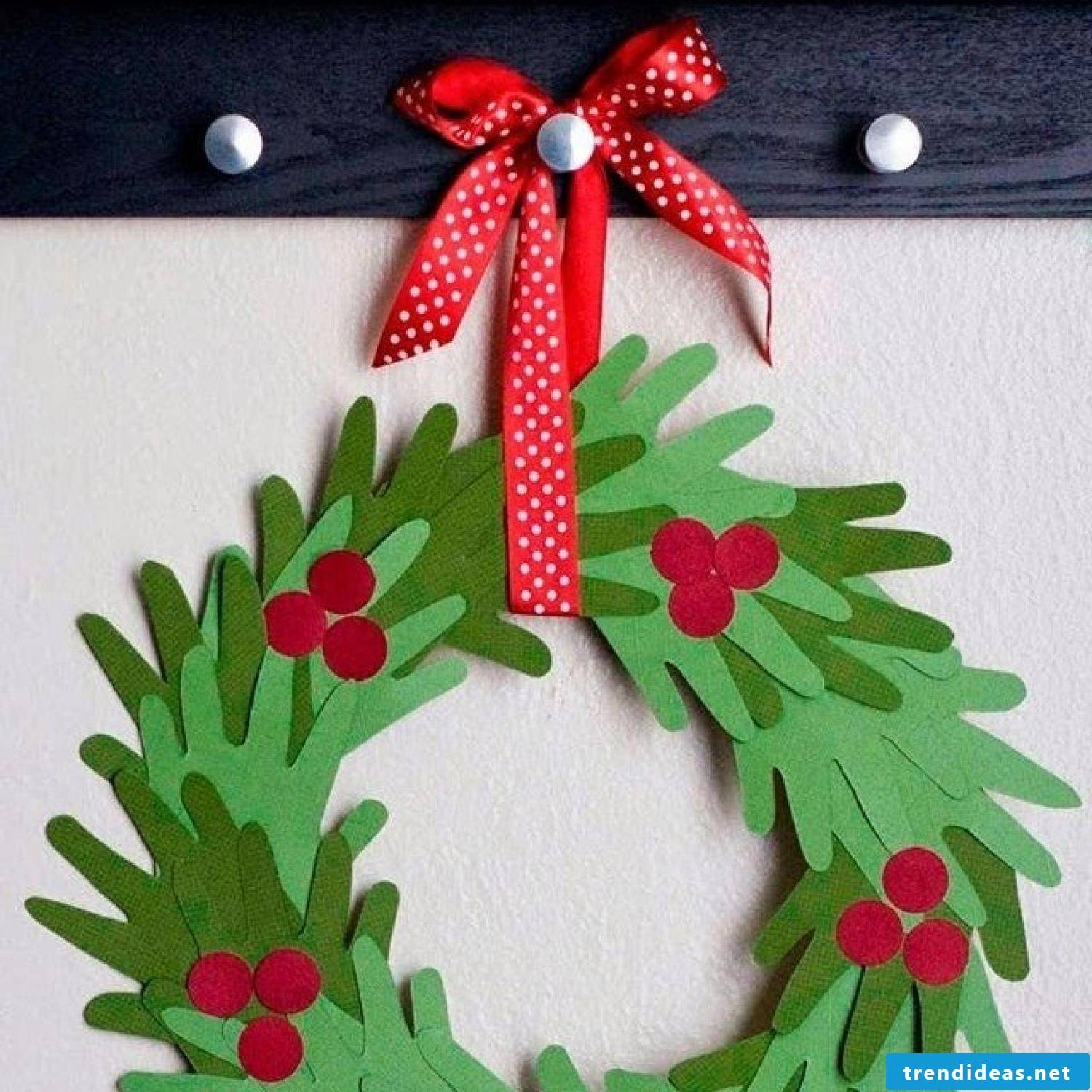 Christmas crafts with children - make Christmas wreath yourself