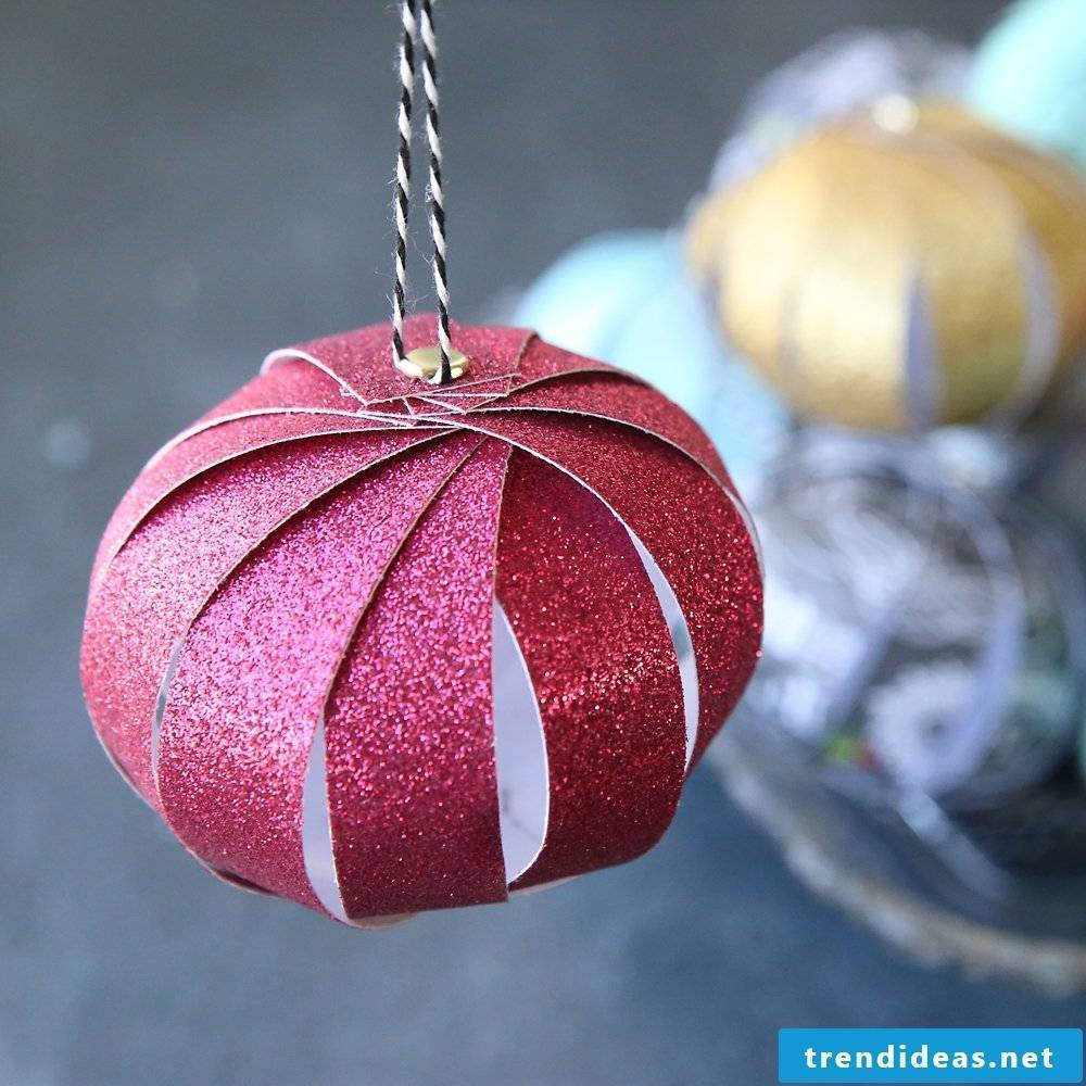 Christmas crafts with children - Christmas tree decorations made of paper