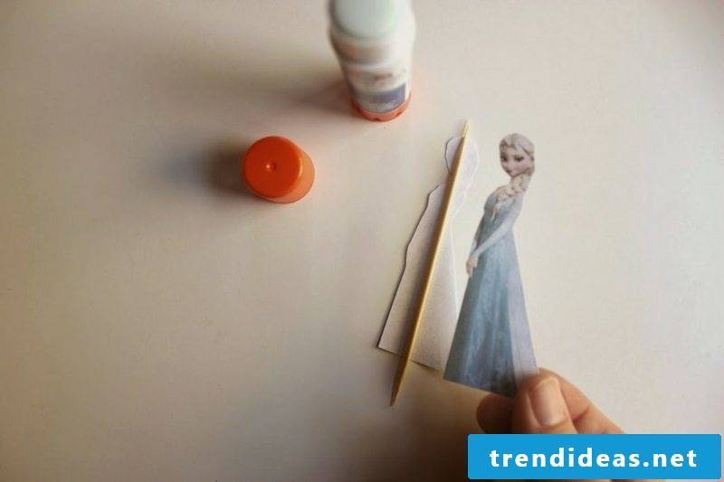 Make Christmas with children with the Elsa figure sticking to the toothpick