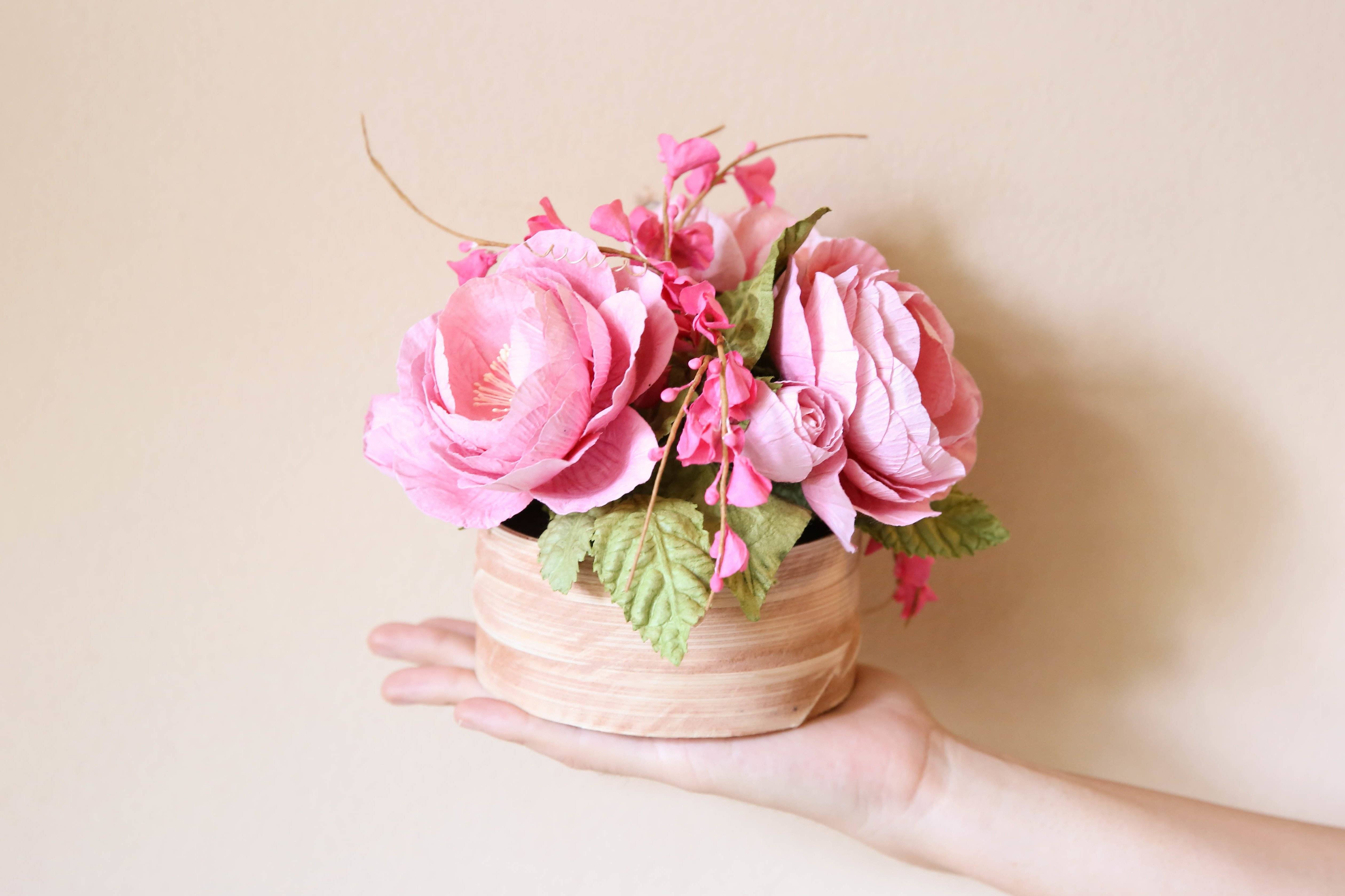 Handicrafts for home: flowers made of crepe paper