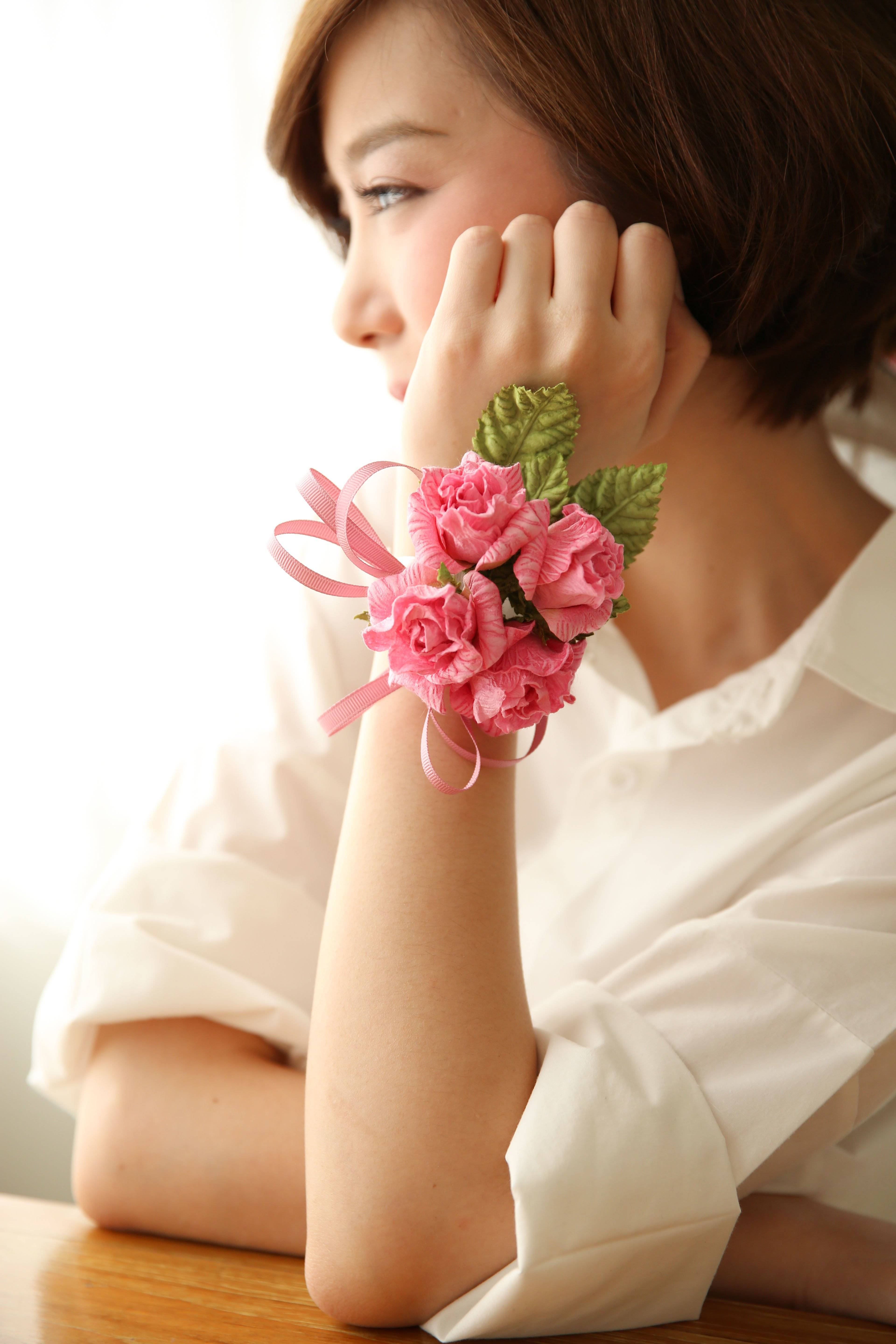 Make fulminant ribbons from flowers made of crepe paper
