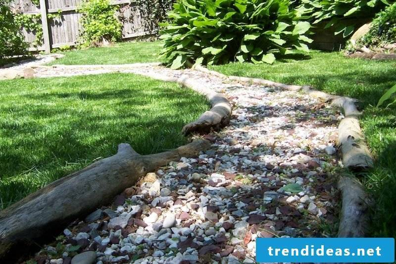 Steinbeet Vorgarten: Combine wood and stone when laying a bed of stone