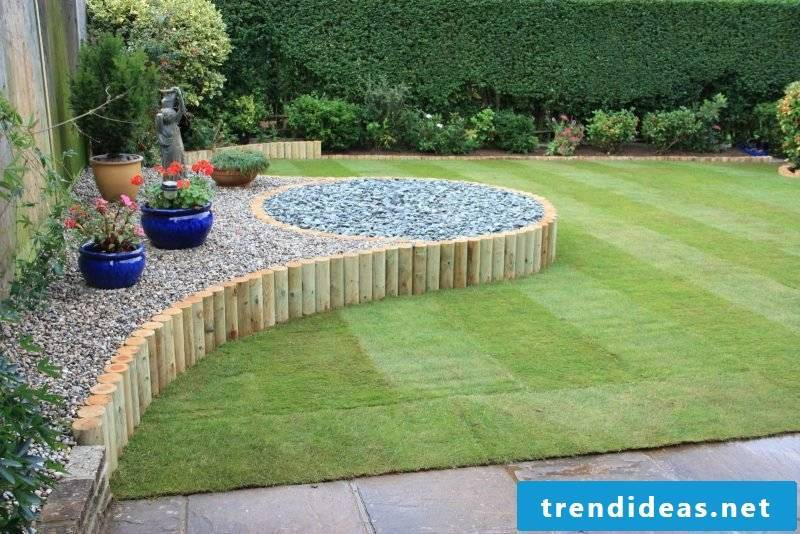 Creating a stone bed on the front garden: The rock garden can be perfectly separated with wood