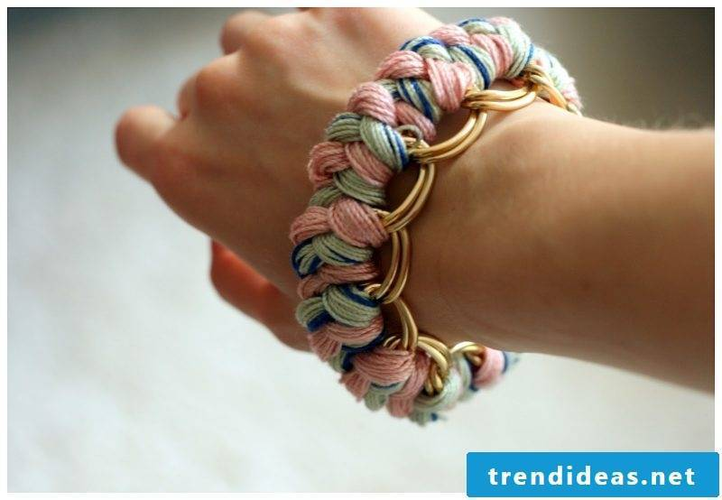 DIY bracelet made of wool