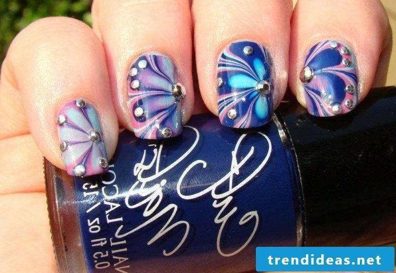 artfully designed fingernails with marble effect