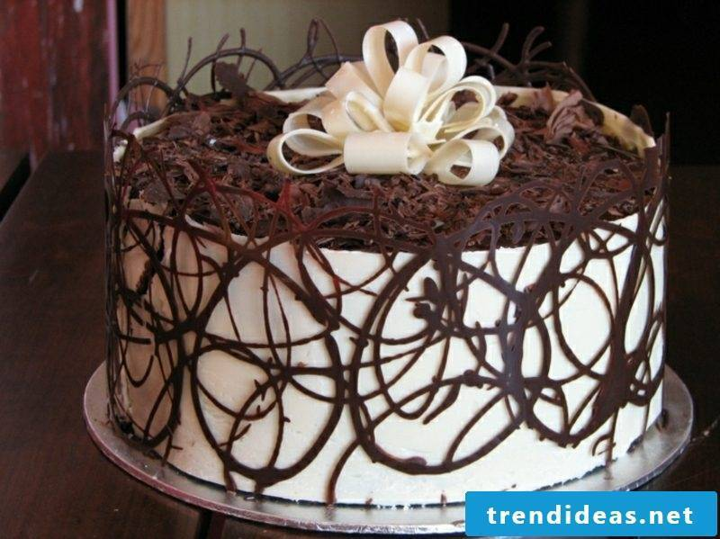 Pies decorate grated chocolate