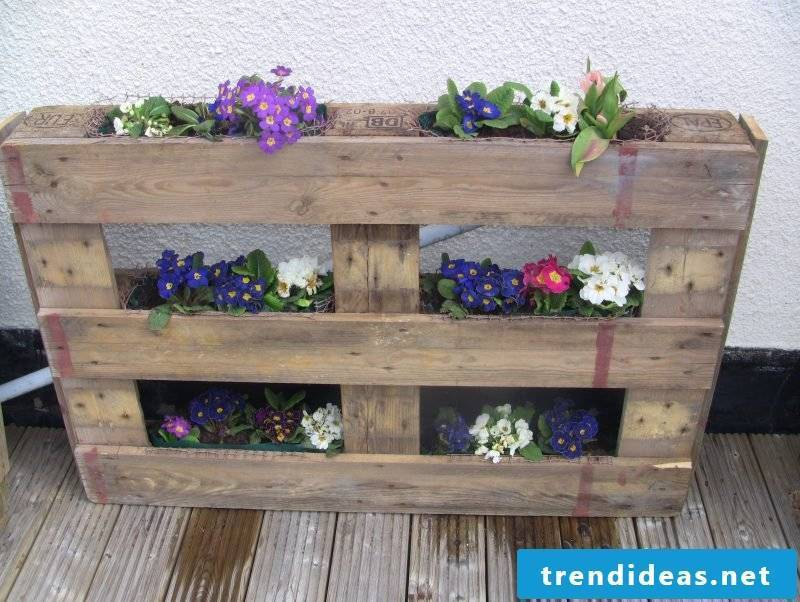 DIY decoration for the garden - flowerpot pallets