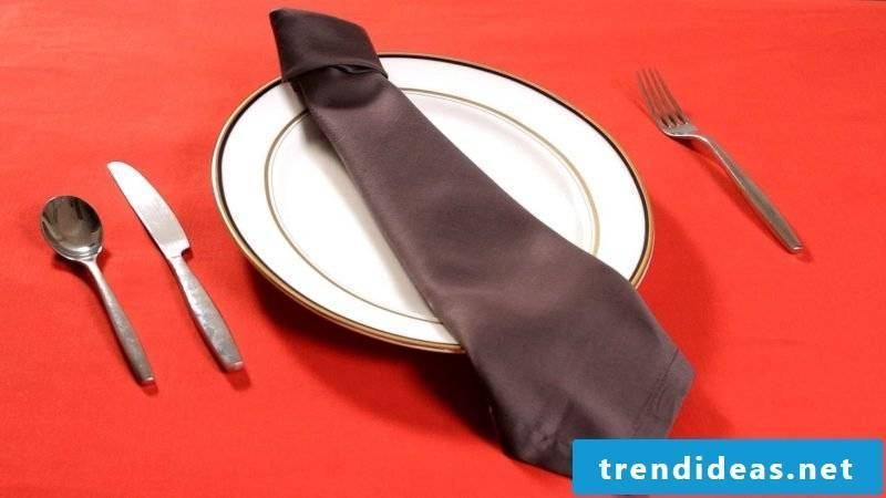 A napkin with the shape of a tie.