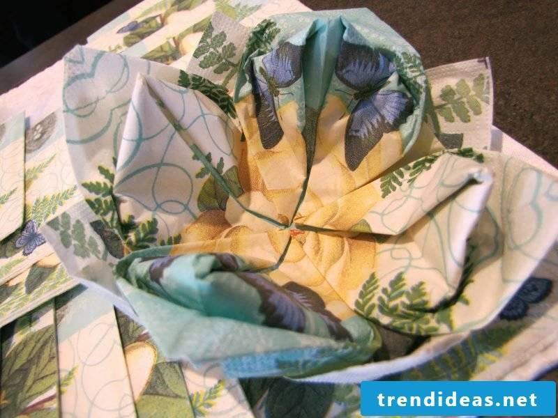 napkin wrinkle seerose-colored paper napkin