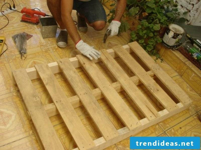 Prepare Euro pallets Bed Prepare the pallets and fix them in a stable way