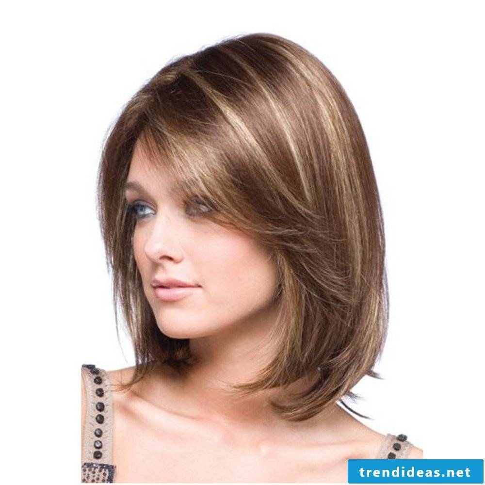 Medium-length haircut with strands