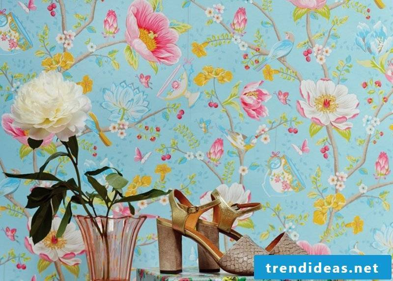 blue wallpaper with roza flowers