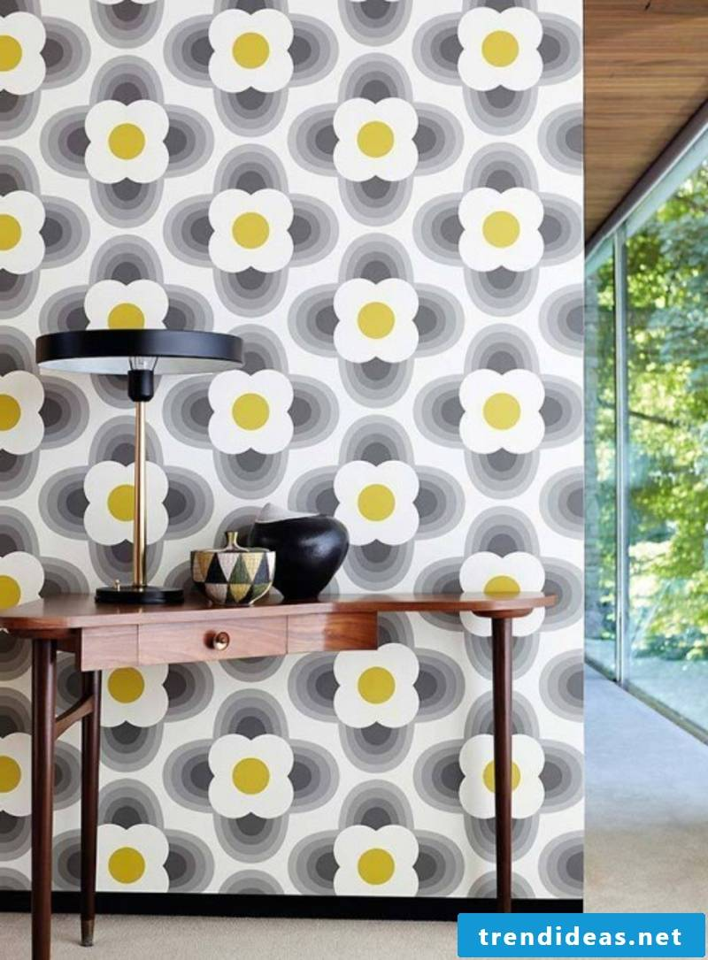 Wallpaper with stylized flowers