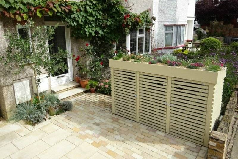Dustbin box of wooden slats roof planted