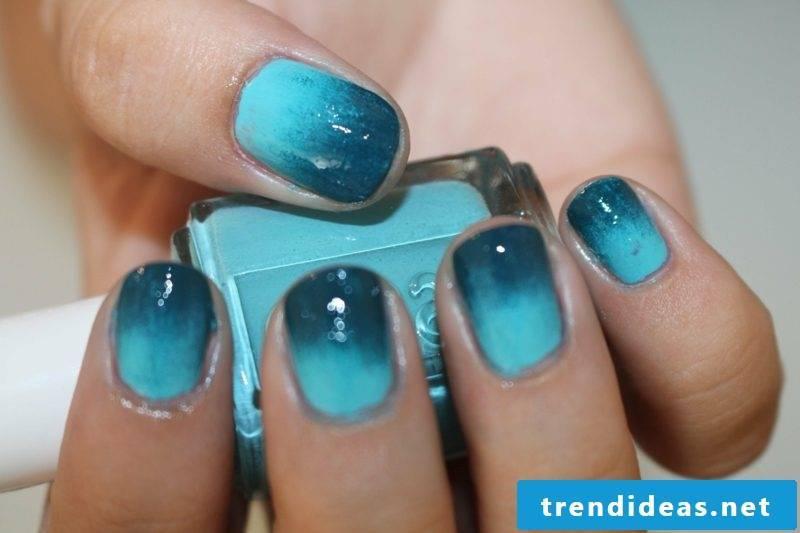 Fingernails Design Ombre effect light and dark blue