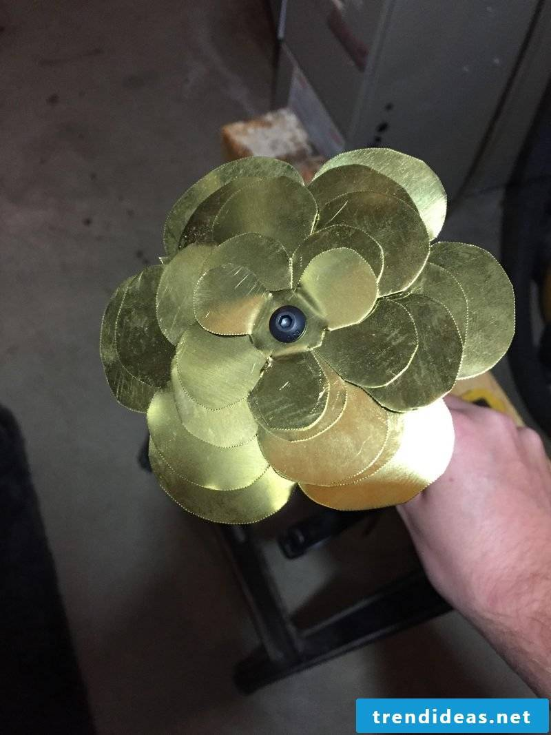 Making a rose out of metal - a special gift that lasts for years - Here's how it works: