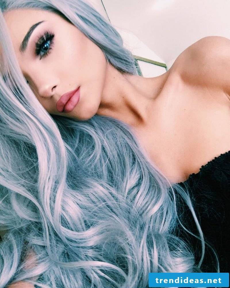 Gray hair: Combine shades of gray with blue strands