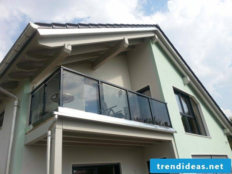 Balcony cladding made of glass and aluminum