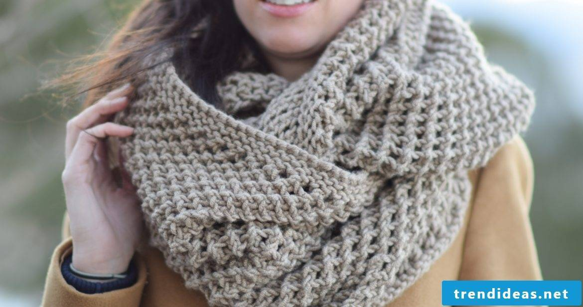 Thick scarf peps up your outfit.