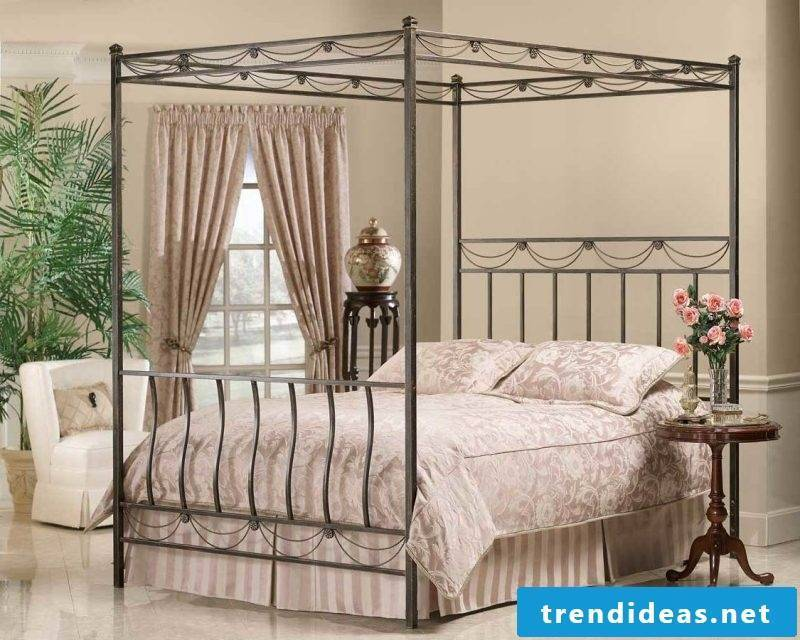 Four-poster curtain construction