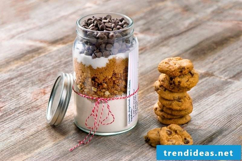 Gifts homemade - make baking mix in the glass itself