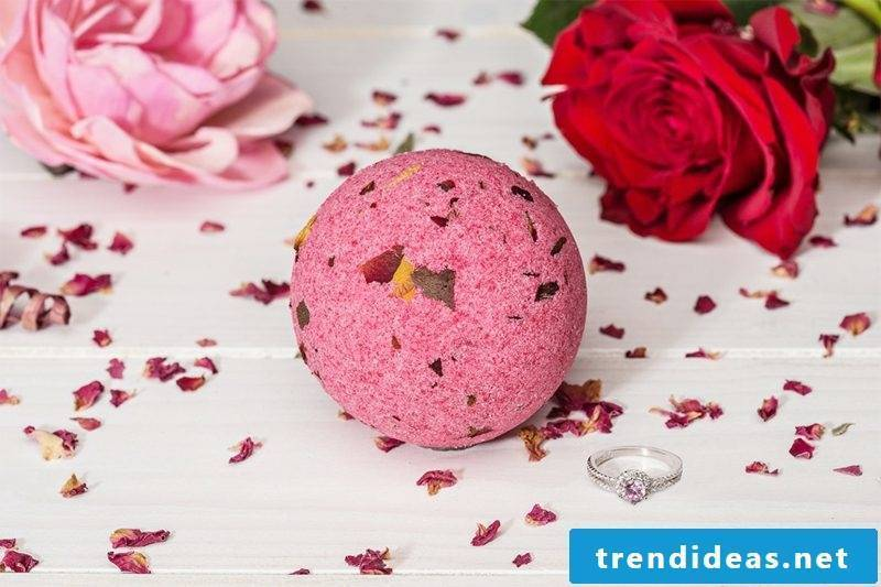 Bath balls themselves make rose leaves