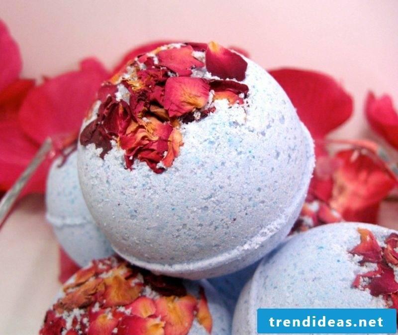 Cold bath itself make bath balls with rose petals
