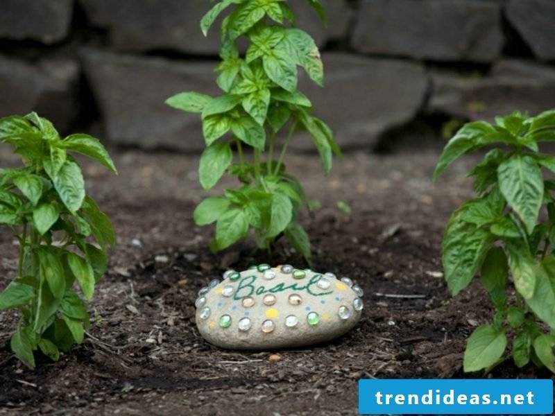 Fancy garden decorations make stones decorate themselves