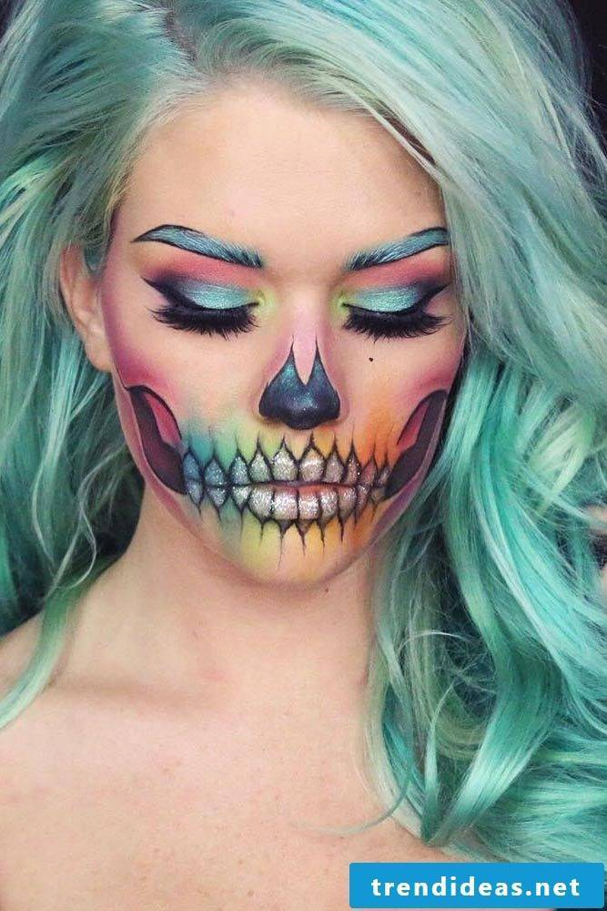 Make-up according to the Halloween costume