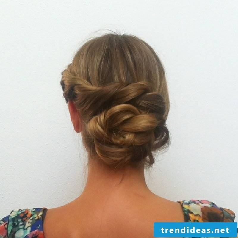 Updos themselves make Dutt on the neck