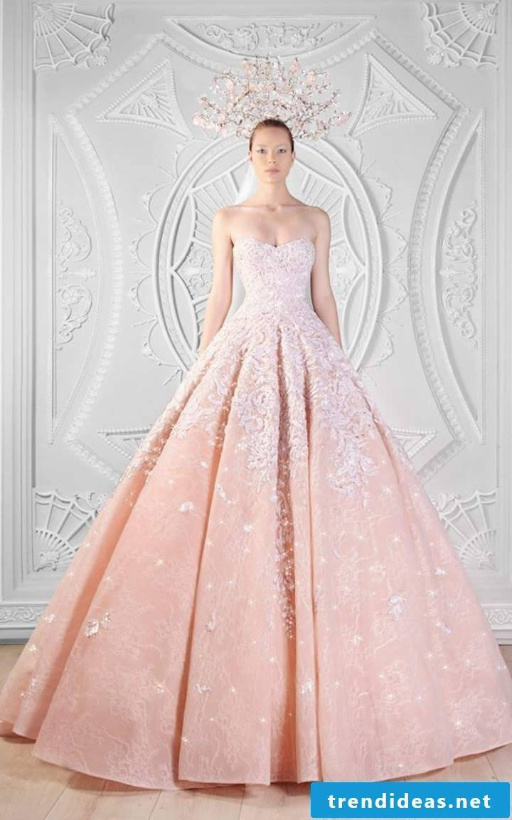 The wedding dress in pastel pink looks beautiful, do not you think?