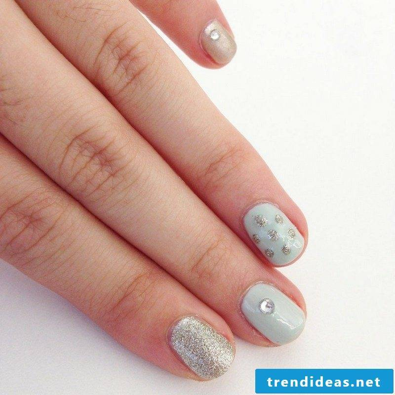 Fingernails in pastel shades with sparkles