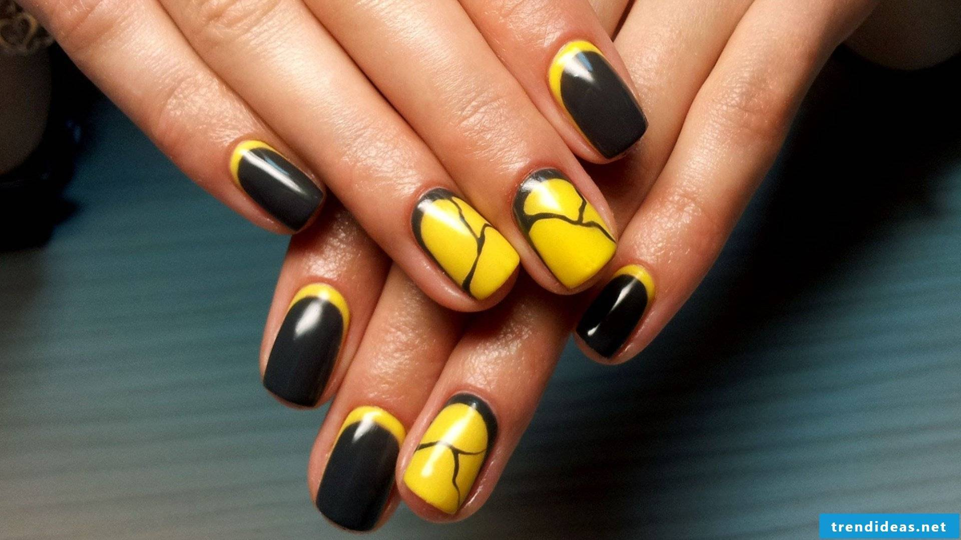 Marble nails in yellow