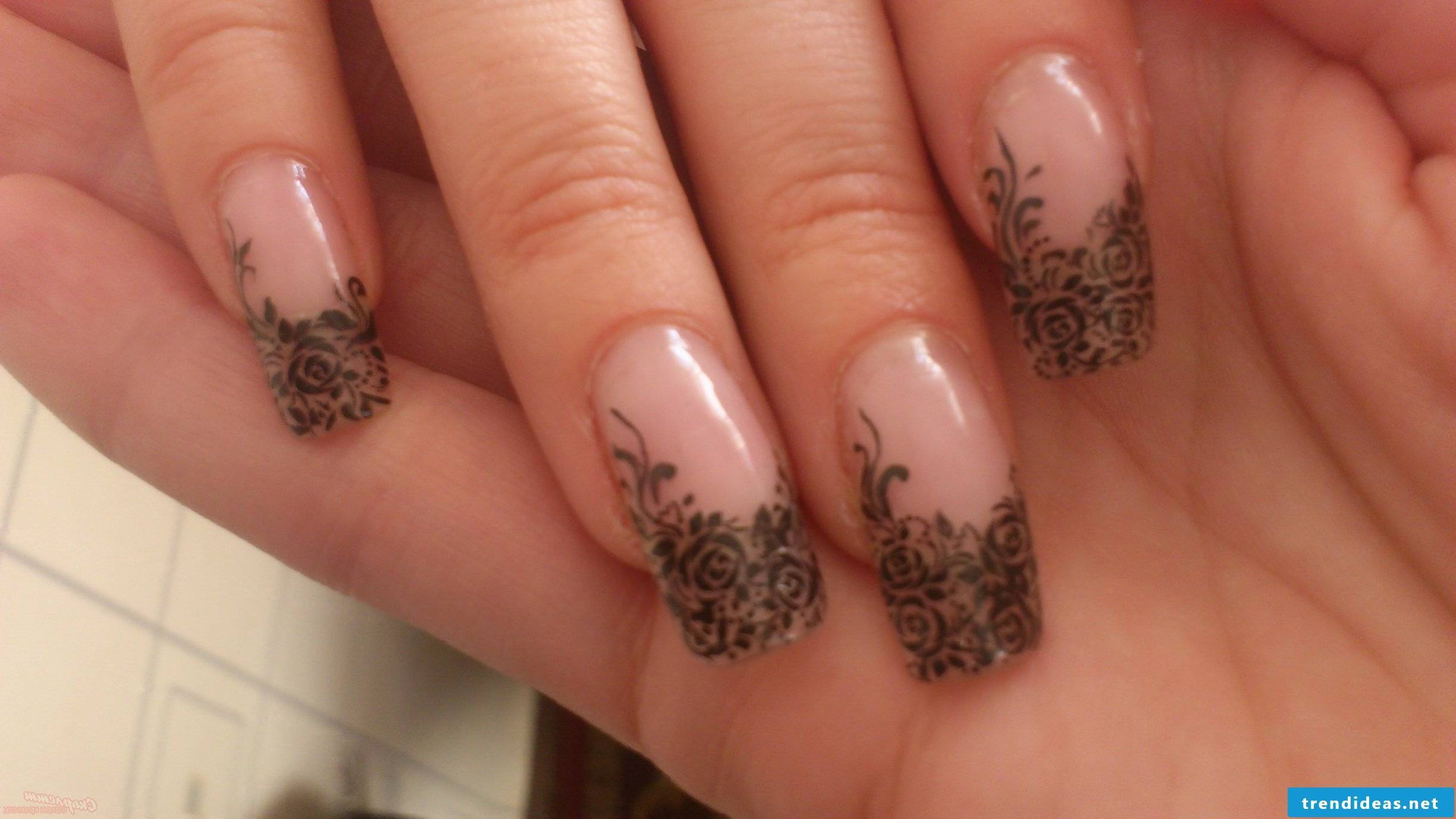 Filigree pictures on fingernails