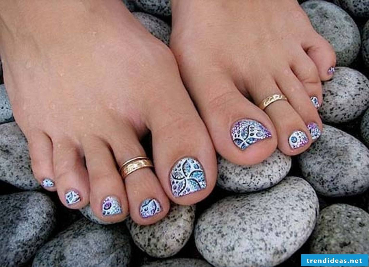 Cool foot nail polish idea - a real eye-catcher