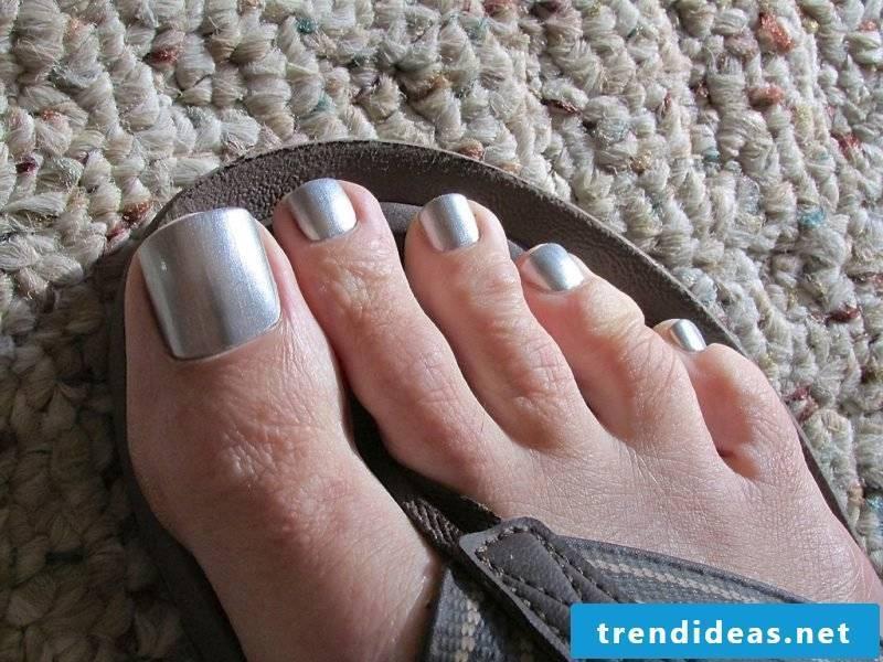 Toenails paint silver effect