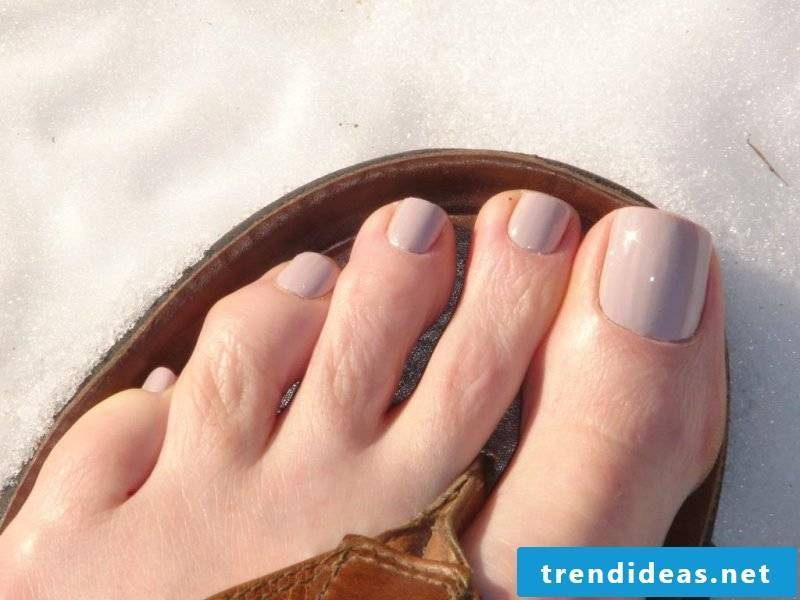 Lacquering toenails Nude